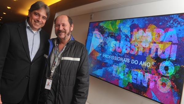 O diretor-executivo da Central de Relações com o Mercado, Renato Pereira, com Toni Rodrigues, organizador do prêmio